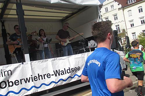 Musiker auf Bühne am Streckenrand