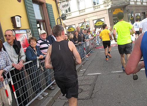 Läufer in der Innenstadt von Freiburg