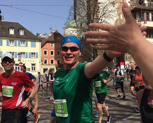 Abklatschen zwischen Läufer und Zuschauer