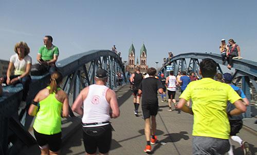 Laufen über die Brücke