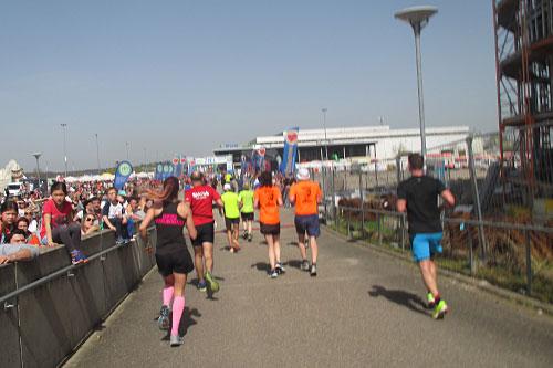 Die letzten Meter zum Ziel des Freiburg-Halbmarathons
