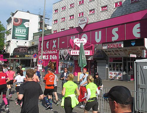 Marathon-Läufer auf der Reeperbahn