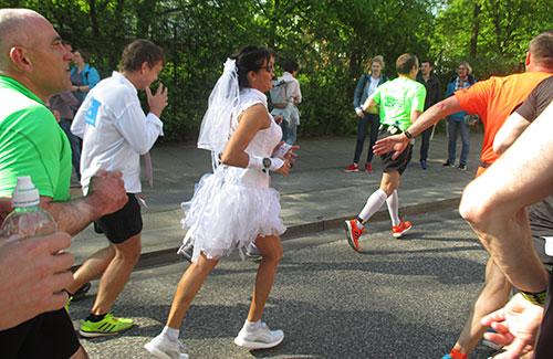 Läuferin im Hochzeitskleid