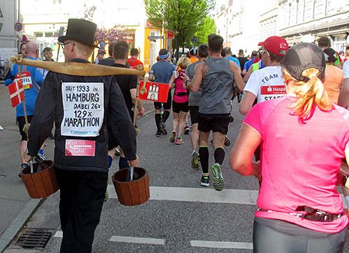 Als Wasserträger verkleideter Marathon-Läufer
