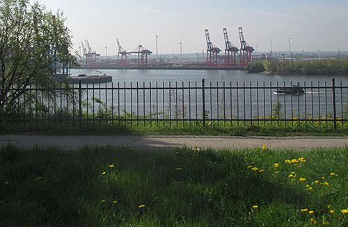 Blick auf die Kräne im Hafen