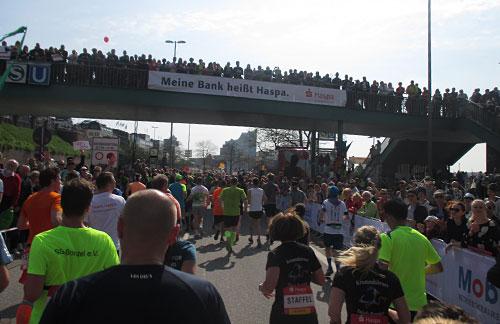 Zuschauer auf Brücke