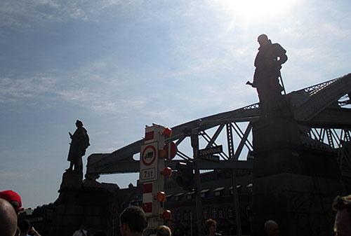 Statuen an einer Brücke