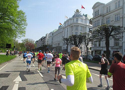 Läufer vor dem Atlantic-Hotel