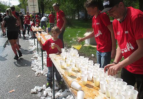 Helfer am Getränkestand