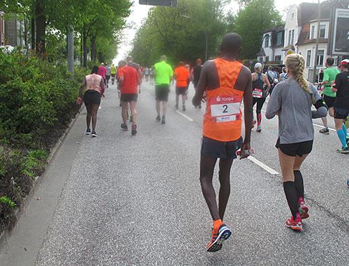 Läufer mit Startnummer 2 geht