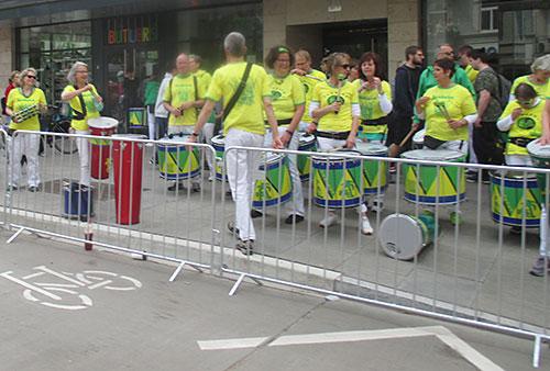 Trommelgruppe in Gelb