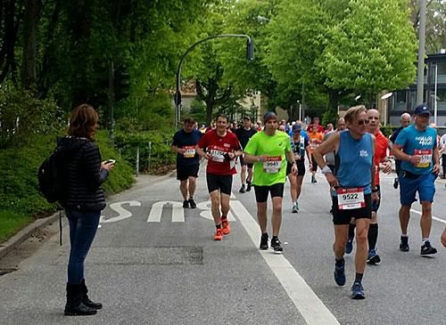 Läufer kurz nach Kilometer 40 beim Hamburg-Marathon 2018