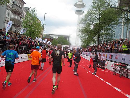 Marathon-Läufer auf dem roten Teppich kurz vor dem Ziel