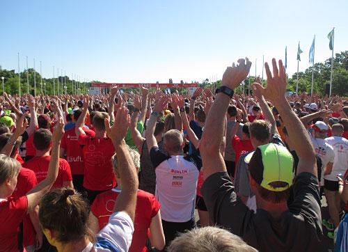 Läufer mit erhobenen Armen im Startbereich des S25 Berlin