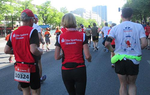 Läuferin und Läufer in Sparkasse Bremen Shirts