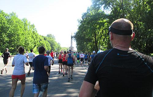 Läuferfeld kurz vor dem Abbiegen der Halbmarathonläufer