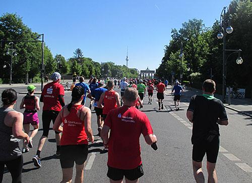 25-km-Läufer vor dem Brandenburger Tor