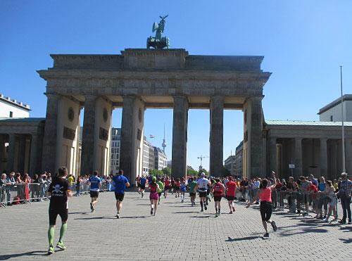 Brandenburger Tor mit 25-km-Läufern