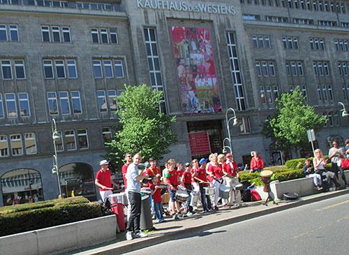 Trommelgruppe vor dem KaDeWe