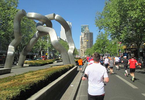 Läufer des S25 auf der Tauentzienstraße mit Blick auf die Gedächtniskirche