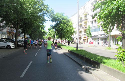 Läufer auf der Schattenseite der Kantstraße
