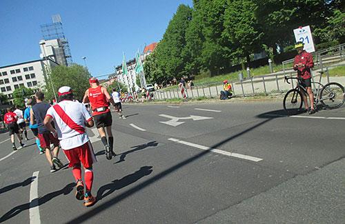 die Halbmarathonmarke am Theodor-Heuss-Platz ist erreicht