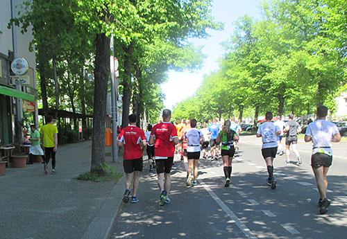 Läufer auf der Reichsstraße vor km 22
