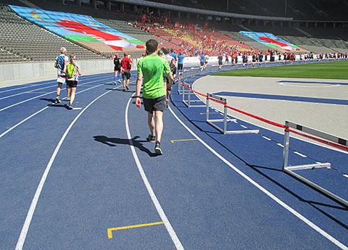 Schlussrunde auf der blauen Laufbahn im Olympiastadion