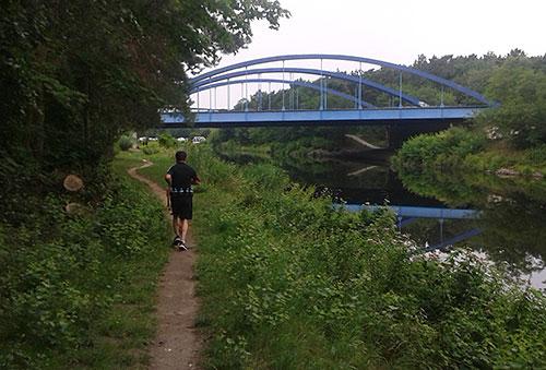 Läufer auf Pfad am Teltowkanal