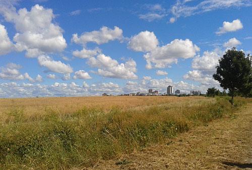 Wolken über dem Feld vor der Stadtgrenze