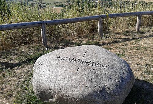 Stein mit Richtungshinweis Waßmannsdorf