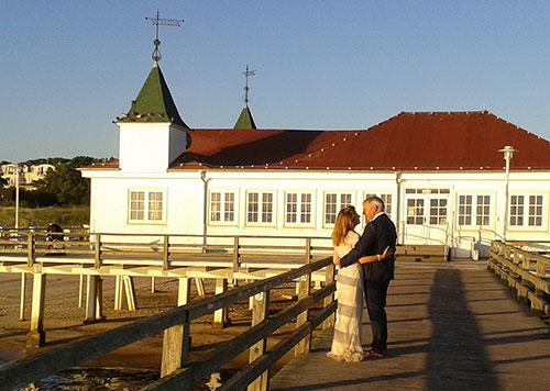 Hochzeitspaar auf der Seebrücke Ahlbeck
