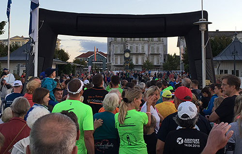 Läufer vor dem Start des Moon Run 2018