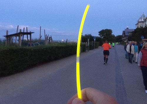 Leuchtstab und Promenade mit Läufern