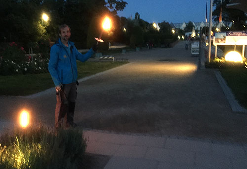 Mann mit Fackel kurz vor der Seebrücke Heringsdorf