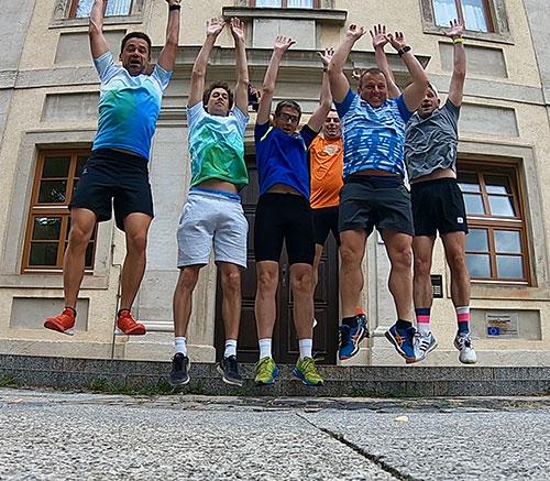 Springende Laufblogger beim Laufbloggercamp 2018 Schloss Balgstädt