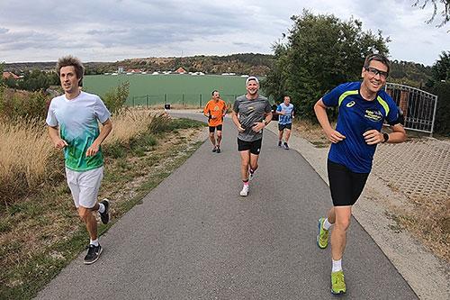 Läufer laufen eine Steigung