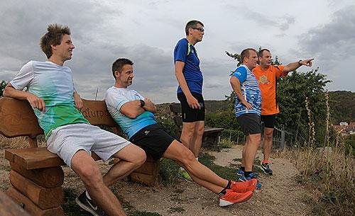 Läufer schauen auf das Unstrut-Tal