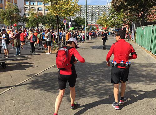 Läufer neben der Strecke