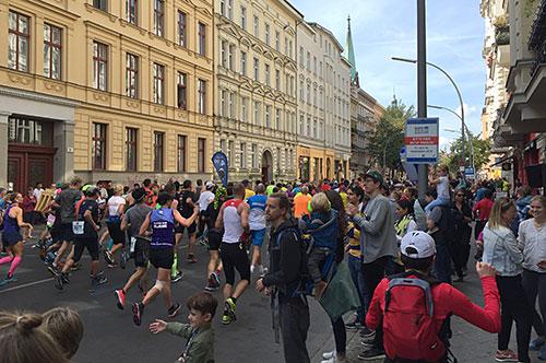 Läufer-Feld des Berlin-Marathon bei km 22