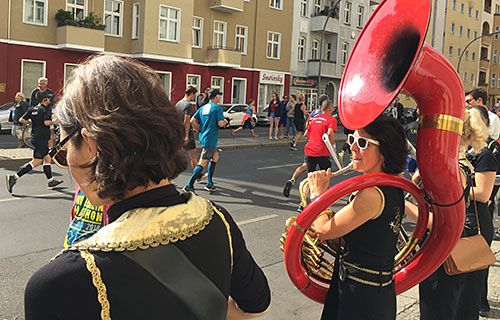 Frau mit roter Tuba