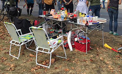 Zuschauer-Tisch mit Proviant am Streckenrand