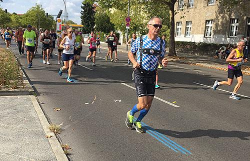Marathon-Läufer im blauweißen Bayernshirt