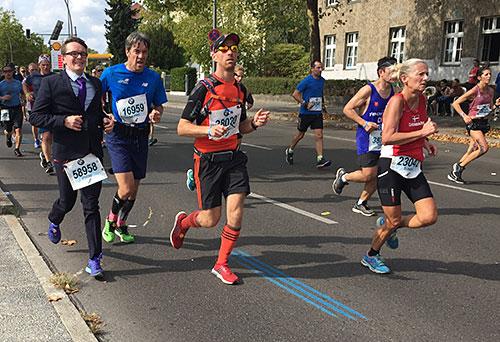 Marathon-Läufer im Anzug