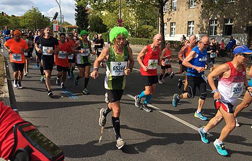 Berlin-Marathon-Läufer mit grüner Perücke