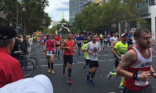 Läufer beim Berlin-Marathon bei km 35 am Tauentzien