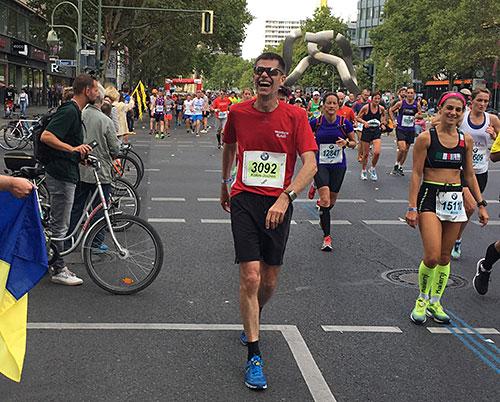Lachender Marathon-Läufer