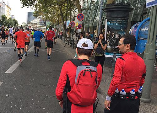 Zuschauer und Läufer bei km 35 des Berlin-Marathons