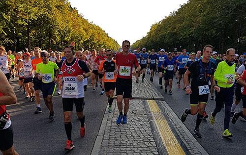 Läufer kurz nach dem Start des Berlin-Marathon 2018