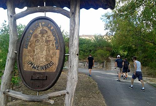 Schild Herzlich willkommen im Weinberg